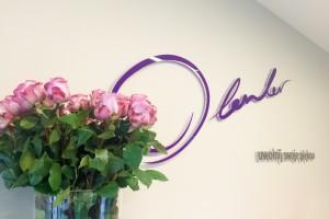 Logo w holu kliniki Dr Olender