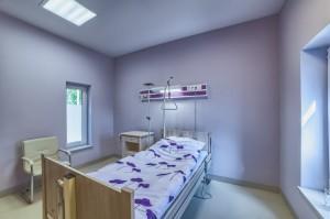 Jednoosobowa sala dla pacjentów w klinice chirurgii plastycznej