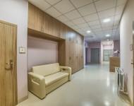korytarz-i-sofa-w-klinice-dr-olender