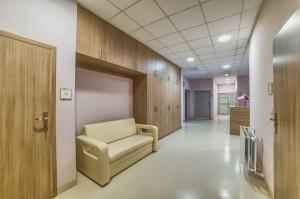 Korytarz w nowoczesnej klinice Dr Olender