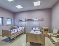 Dwa łóżka w nowoczesnej sali dla pacjentów
