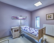Przestronny jednoosobowy pokój dla pacjentów