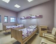 Pokój z dwoma łóżkami dla pacjentów w klinice